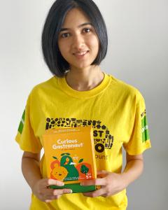 Nalisa founder of Curious Gastronaut wearing an ozharvest volunteer shirt